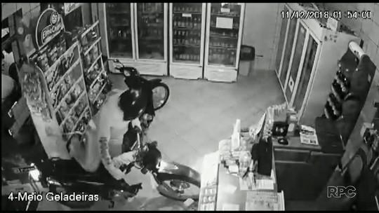 Homem usa moto para arrombar conveniência, mas sai sem furtar nada