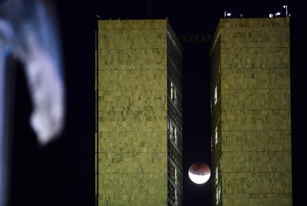 Eclipse Lunar na Praça dos Três Poderes, no Lago Sul, em Brasília (DF), nesta sexta- feira, 27. (Foto: EDU ANDRADE/FATOPRESS/ESTADÃO CONTEÚDO)