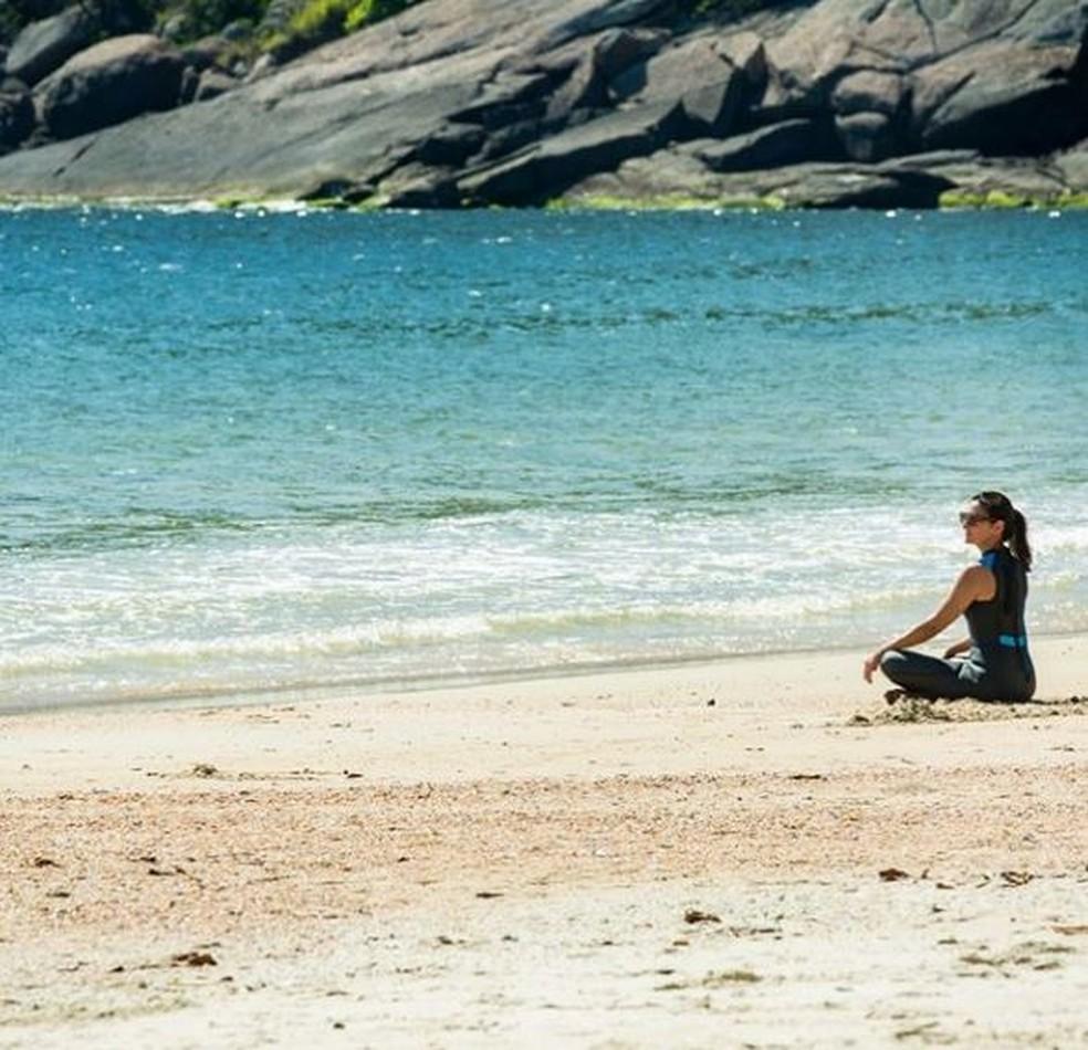 Fátima Bernardes relaxa na praia — Foto: Reprodução da internet