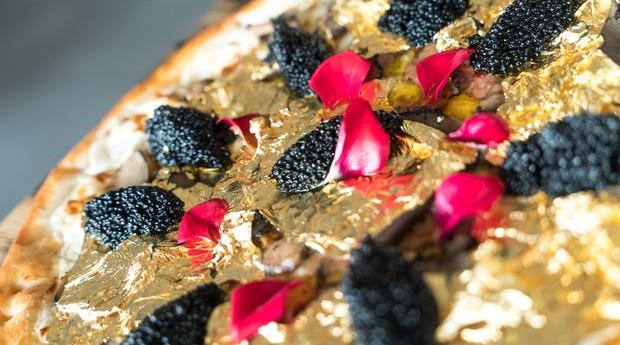 Pizza com folhas de ouro e caviar sai por mais de R$ 7 mil  (Foto: Reprodução)