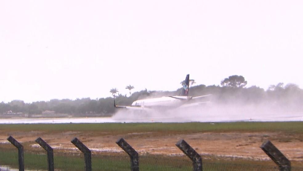 Chuva provocou atrasos e cancelamentos no Aeroporto de Porto Seguro, no sul da Bahia — Foto: Reprodução/ TV Bahia