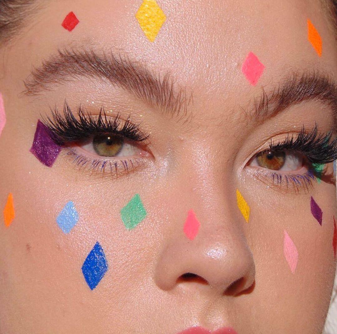 13 ideias de maquiagem de Carnaval colorida para arrasar nos blocos - Revista Marie Claire | Beauty Tudo