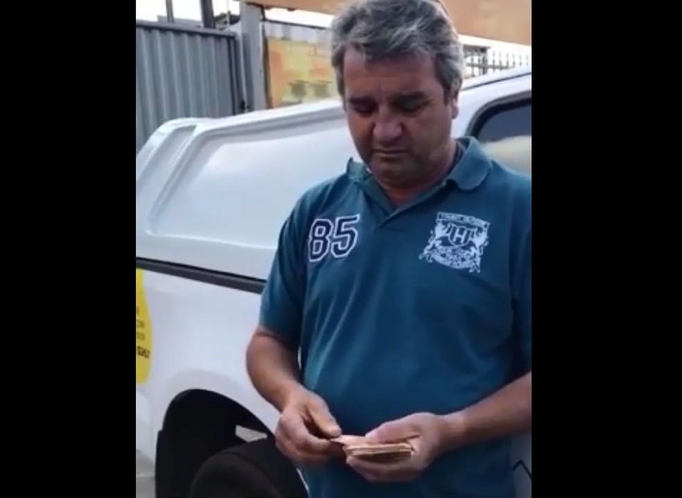 Fiscal da ANP preso em flagrante conta dinheiro de suposta propina (Foto: Polícia Civil/Reprodução)