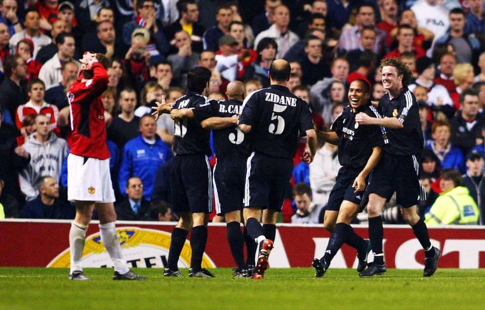 Ronaldo é festejado pelos companheiros na classificação do Real Madrid contra o Manchester United — Foto: Getty Images