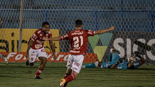 Dudu comemora gol do Vila Nova diante do CSA