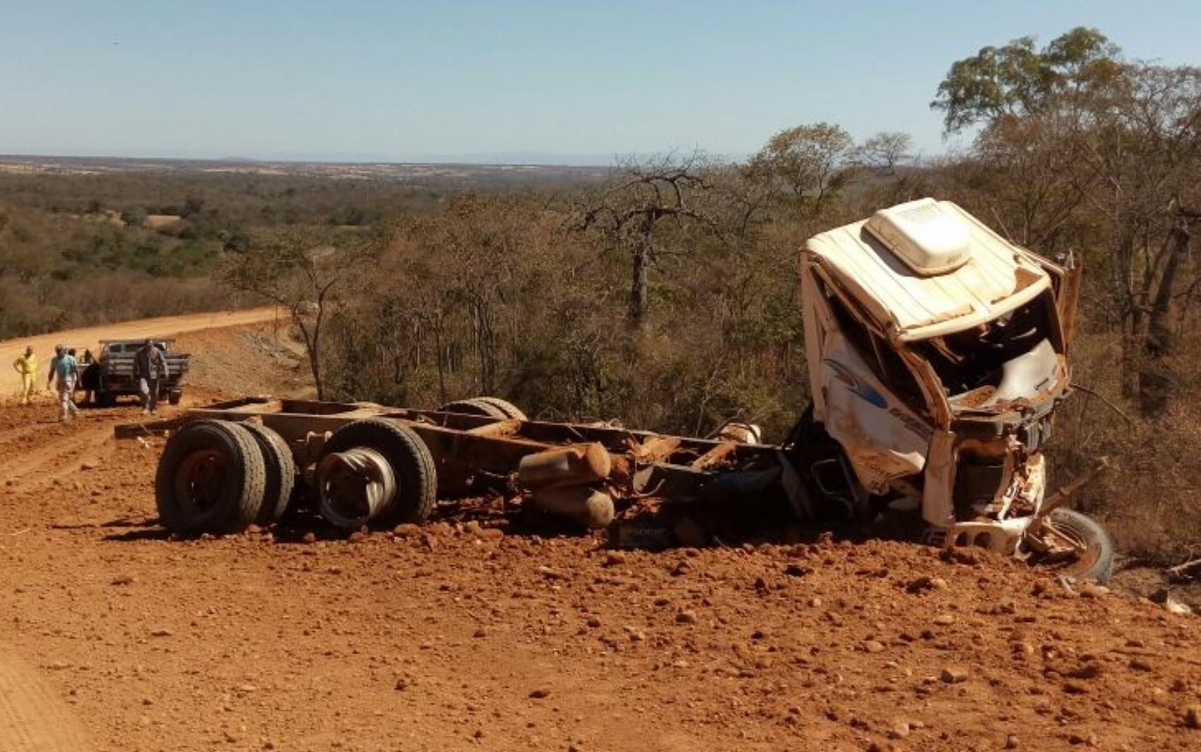 Motorista morre após ser arremessado de caminhão enquanto trabalhava em obra na GO-453