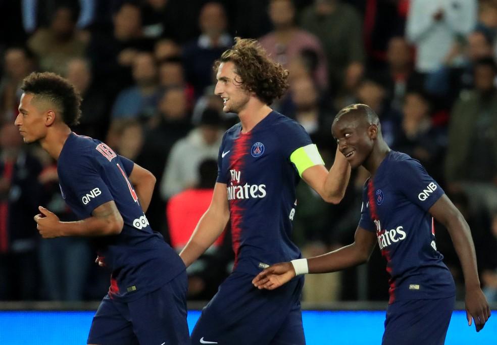 Diaby recebe carinho de Rabiot após marcar o quarto gol do PSG — Foto: Reuters