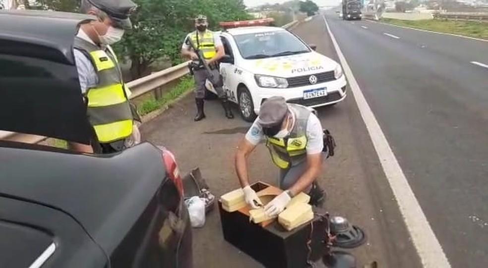 Polícia encontrou a droga escondida dentro de uma caixa de som, em Jales (SP) — Foto: Polícia Militar Rodoviária/Divulgação