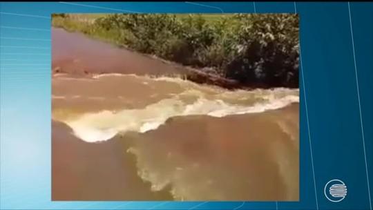 BR-222 é atingida por inundação da Barragem do Bezerro