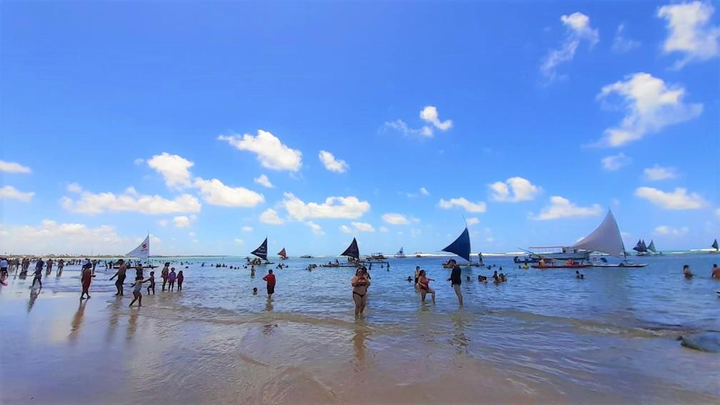Turistas aproveitam o dia de sol no mar em Porto de Galinhas, em Ipojuca, Litoral Sul de Pernambuco, nesta segunda-feira (7) — Foto: Ezequiel Quirino/TV Globo