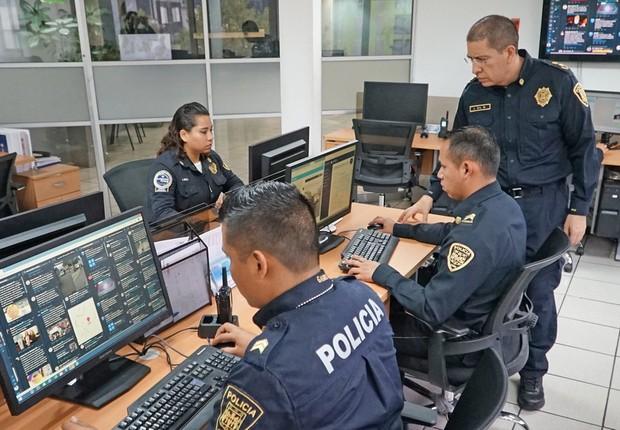 Jose Gil, vice-ministro de Informações e Inteligência Cibernética na Cidade do México, supervisiona sua equipe (Foto: BBC)