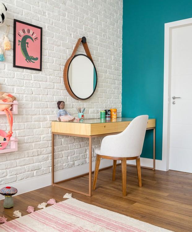 A parede de entrada ganhou pintura na cor verde-petróleo, que contrasta com a paleta clarinha e romântica sem perder a elegância (Foto: Sambacine/Divulgação)