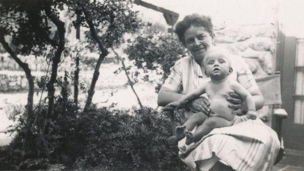 Mãe e filha correram risco quando Marian Diamond nasceu na Califórnia em 1926 (Foto: CORTESIA: FAMILIA DIAMOND, via BBC News Brasil)
