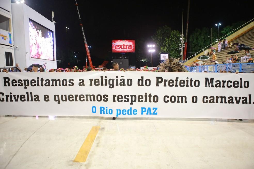 Faixa exibida na frente do desfile da Sossego — Foto: Rodrigo Gorosito/G1