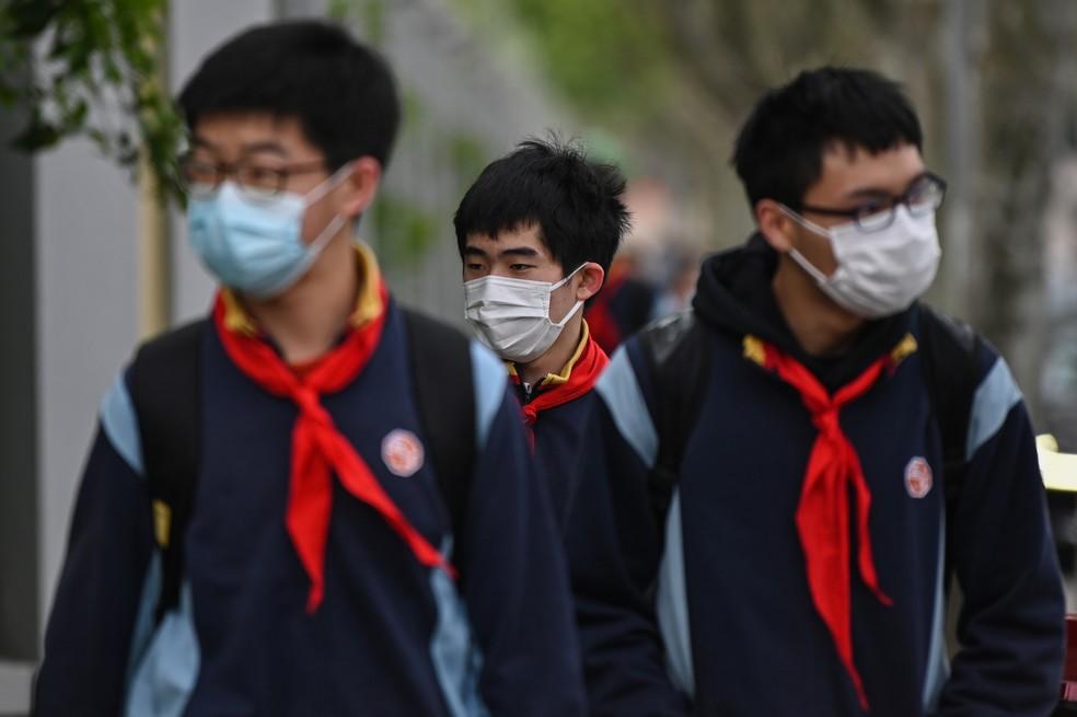 China retoma aulas do ensino médio em Pequim e Xangai nesta segunda-feira (27). — Foto: GREG BAKER / AFP