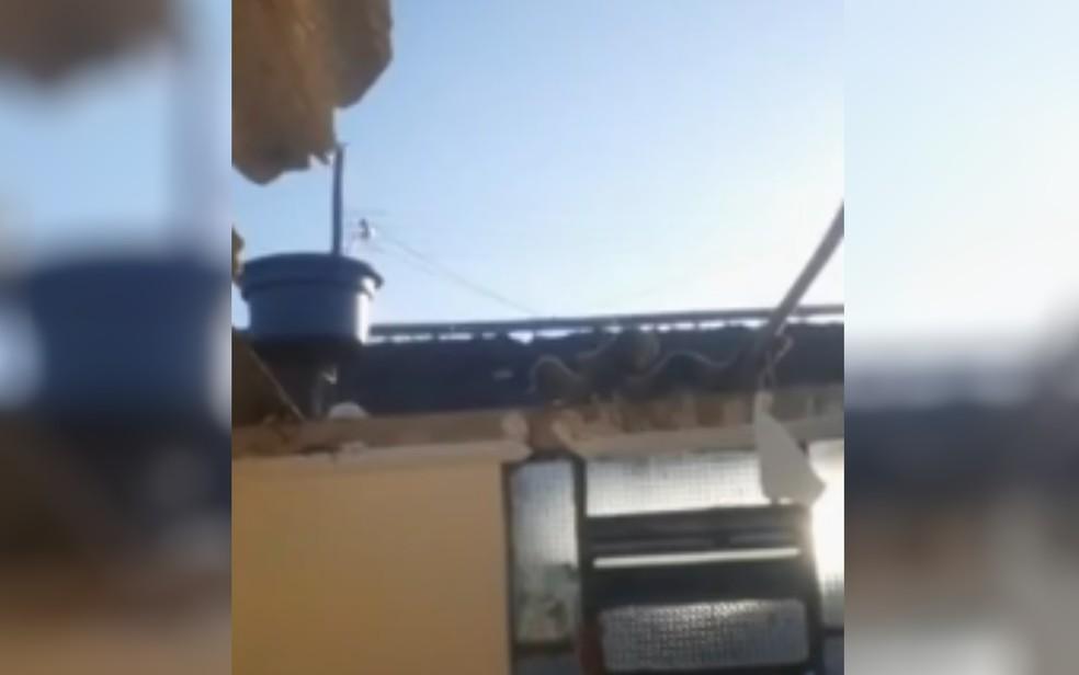 Teto de um dos quartos ficou completamente destruído após roda de caminhão atingir casa em Goiânia — Foto: Reprodução/TV Anhanguera