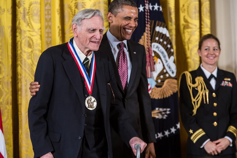 Imagem de arquivo mostra John Goodenough ao lado do ex-presidente dos EUA, Barack Obama, na cerimônia em que recebeu a medalha Nacional de Ciência em 1º de fevereiro de 2013 — Foto: Brendan Hoffman / Getty Images América do Norte / AFP