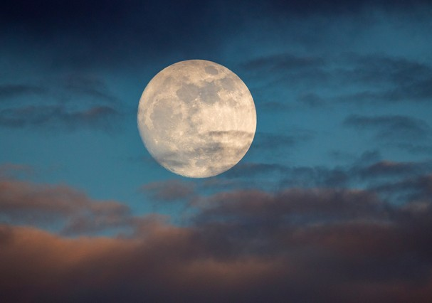 This is a photo of a moon at over 98% full. The image was taken one day prior to the supermoon, or a moon that appears larger due to being the closest to earth in its elliptic orbit. (Foto: Getty Images)