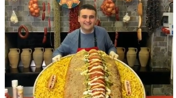 O cozinheiro chegou a fazer um cachorro-quente gigante (Foto: Reprodução: Instagram)