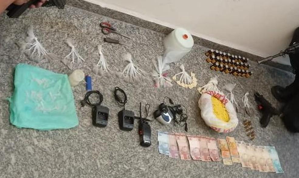 Drogas, dinheiro e arma foram encontradas no bairro Retiro, em Volta Redonda — Foto: Divulgação/PM