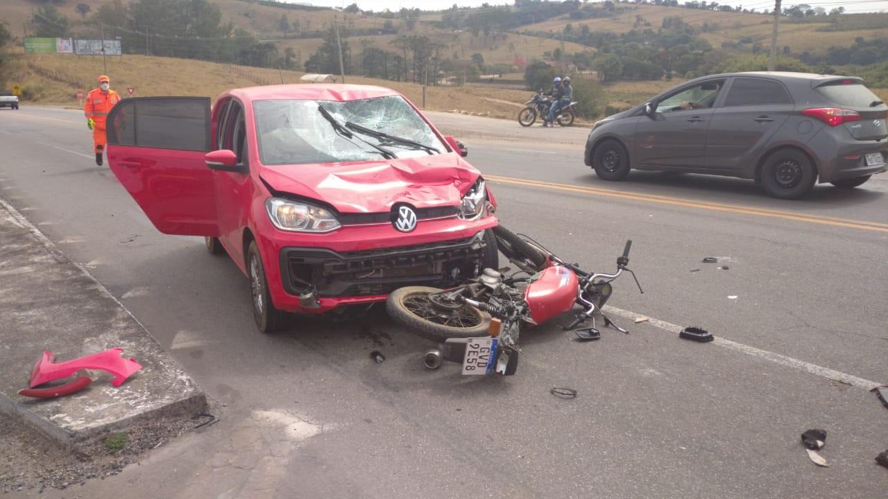 Duas pessoas ficam feridas em batida frontal entre carro e moto na MGC-491