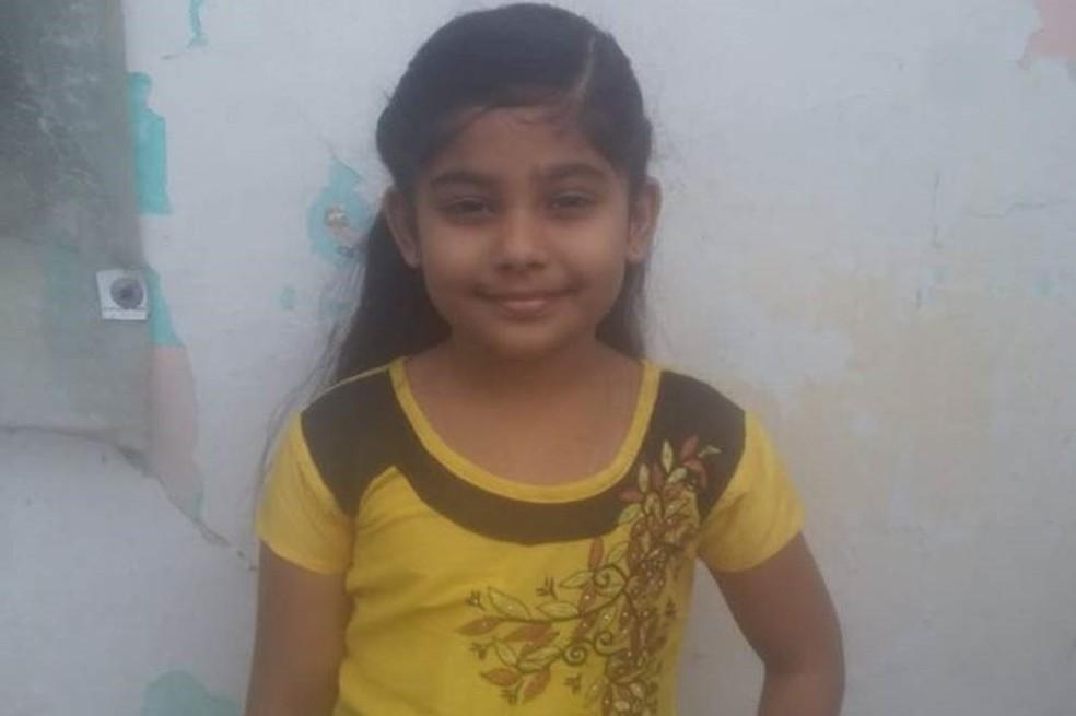 Hanifa Zaara, de 7 anos, escreveu uma carta para a polícia dizendo que seu pai não tinha cumprido a promessa de construir um banheiro em casa — Foto: BBC Tamil
