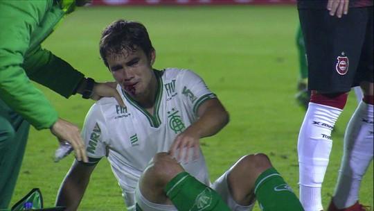 """Técnico do América-MG cobra expulsão e lamenta lance: """"Torna o futebol um pouquinho mais sujo"""""""