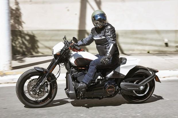 Harley-Davidson FXDR 114 tem 2,42 m de comprimento e 1,73 m de distância entre-eixos (Foto: Rodrigo Marques/Autoesporte)