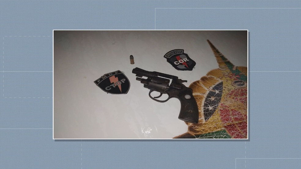 Arma e munição apreendida com suspeito de manter companheira em cárcere, no DF — Foto: PMDF/Divulgação