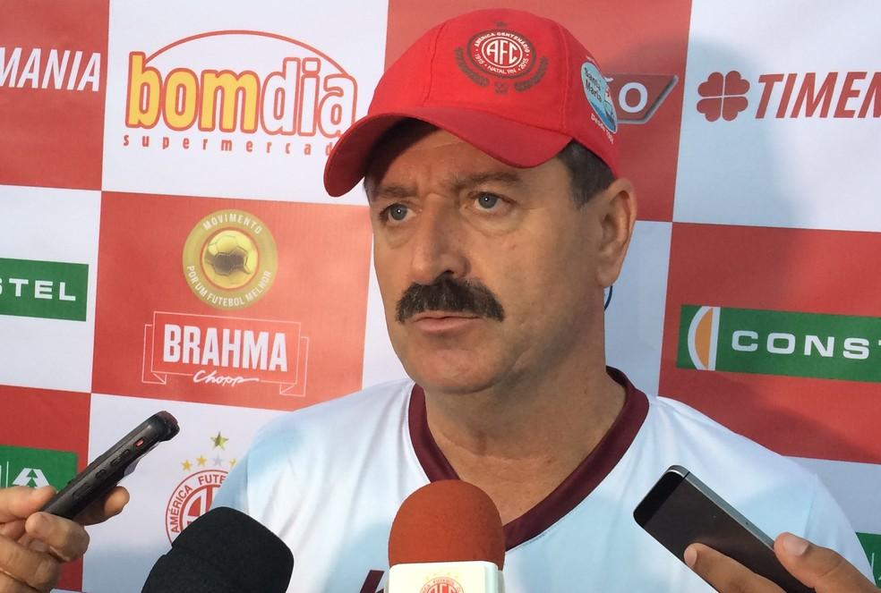 Leandro Campos pede atenção dos jogadores do América-RN para conseguir passar de fase (Foto: Augusto Gomes/GloboEsporte.com)
