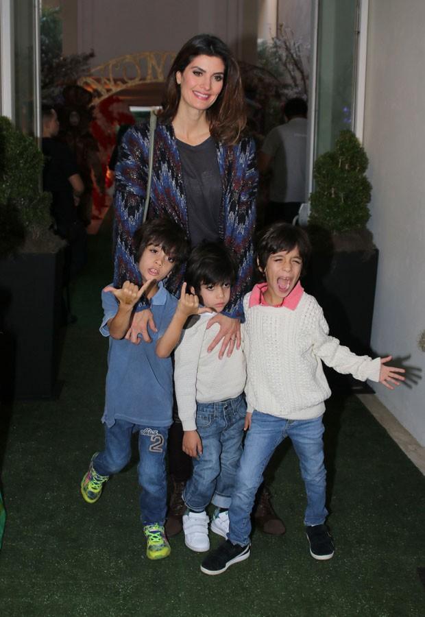Isabella Fiorentino e os trigêmeos Bernardo, Nicholas e Lorenzo (Foto: Thiago Duran/Agnews)