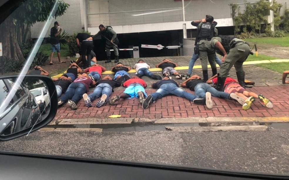 Na Avenida Conselheiro Rosa e Silva, no Recife, policiais militares imobilizaram homens envolvidos na confusão na sede do Náutico — Foto: Reprodução/WhatsApp