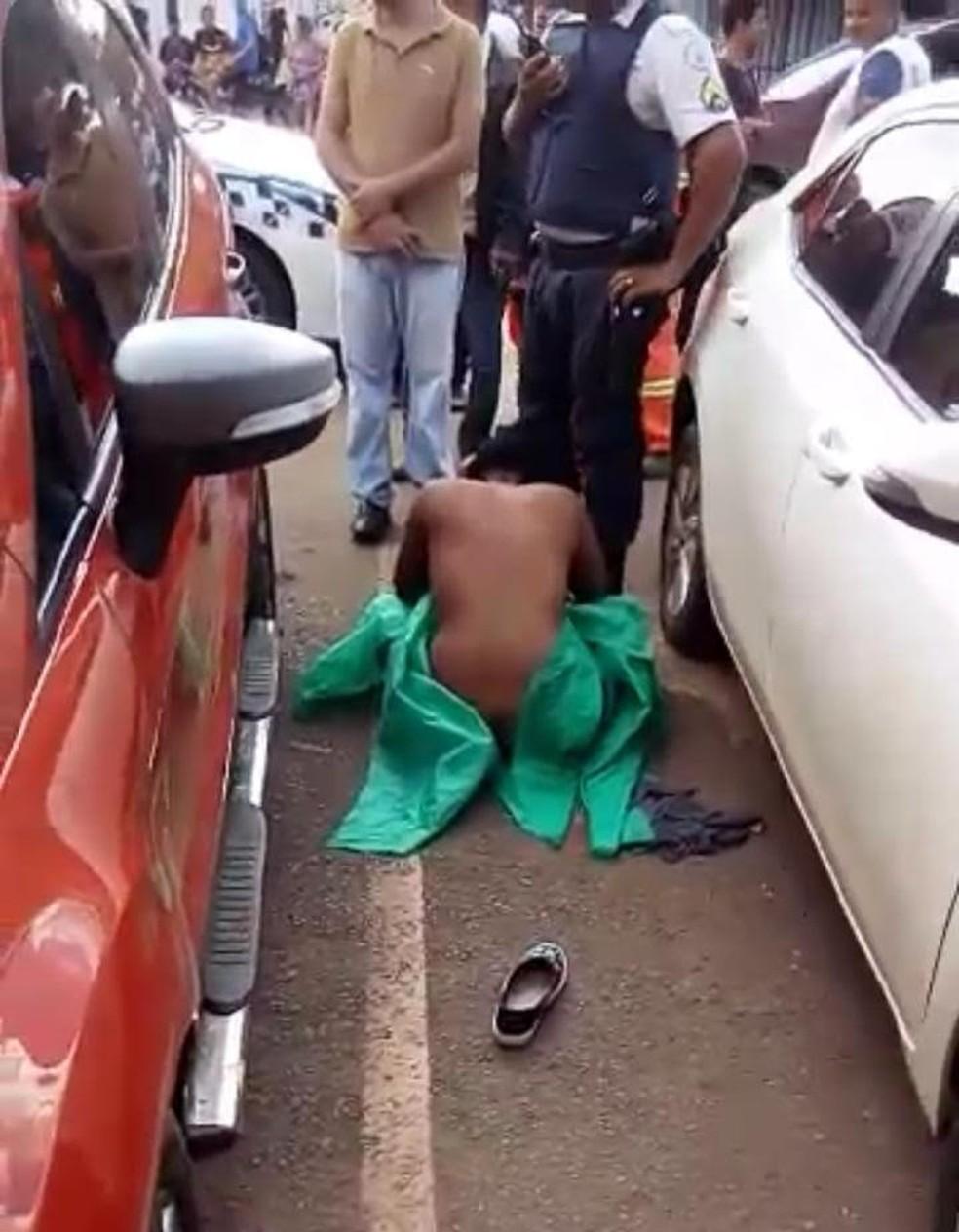 Mulher foi estava no chão com rosto machucado e nua depois de ser agredida — Foto:  Foto: Arquivo pessoal
