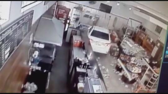 Carro invade padaria após motorista passar mal em Juquiá
