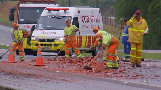 Caminhão carregado com tijolos tomba e interdita rodovia em Tatuí