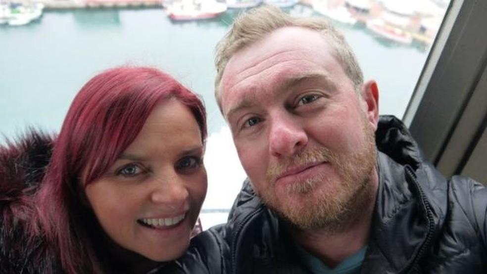 Jen e Andrew, ambos com 40 anos agora, se conheceram na escola — Foto: JEN BICKEL