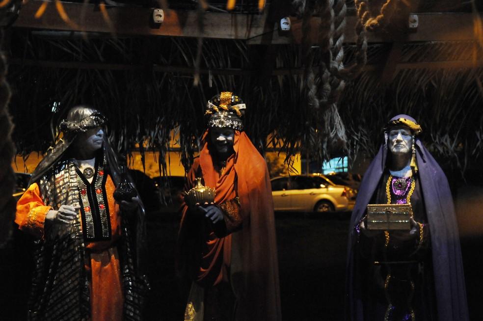Três reis magos retratados no 'presépio vivo' na UFMT em Cuiabá — Foto: Willian Gomes