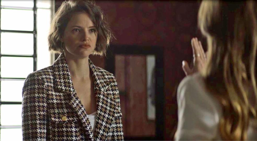 Josiane (Agatha Moreira) fica irada com chantagem de Fabiana (Nathalia Dill), em 'A Dona do Pedaço' — Foto: Globo
