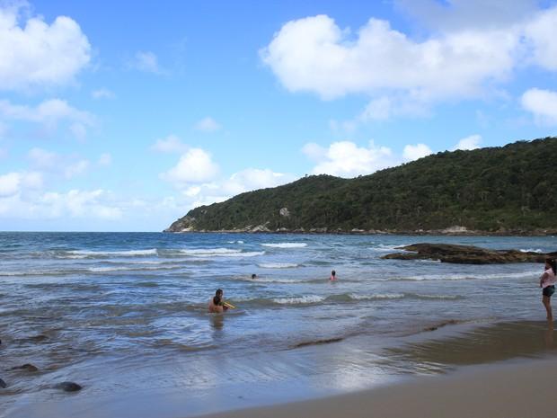 Águas calmas e praia tranquila atraem famílias inteiras para a praia Recanto dos Padres, em Bombinhas (Foto: Ricardo Ghisi Tobaldini/Divulgação)