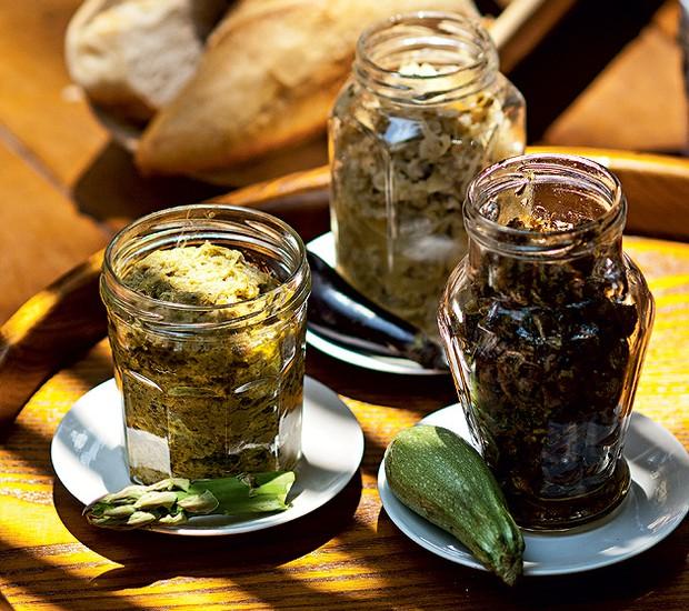 Neste almoço italiano, os aperitivos foram servidos em potes reaproveitados e os pães, numa pá de madeira (Foto: Ricardo Corrêa/Editora Globo)