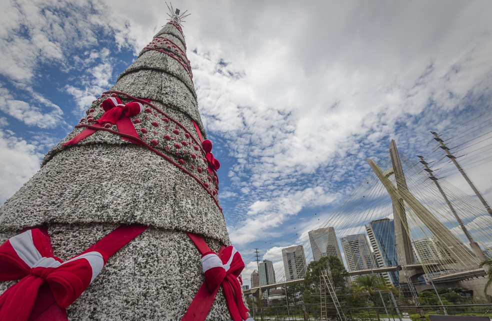 Árvore de Natal da cidade de São Paulo ao lado da Ponte Estaiada, na Zona Sul da capital paulista.  — Foto: Taba Benedicto/Estadão Conteúdo