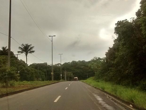 Acidente aconteceu na Avenida Fredecico Bairt, bairro Tarumã (Foto: Suelen Gonçalves/G1 AM)