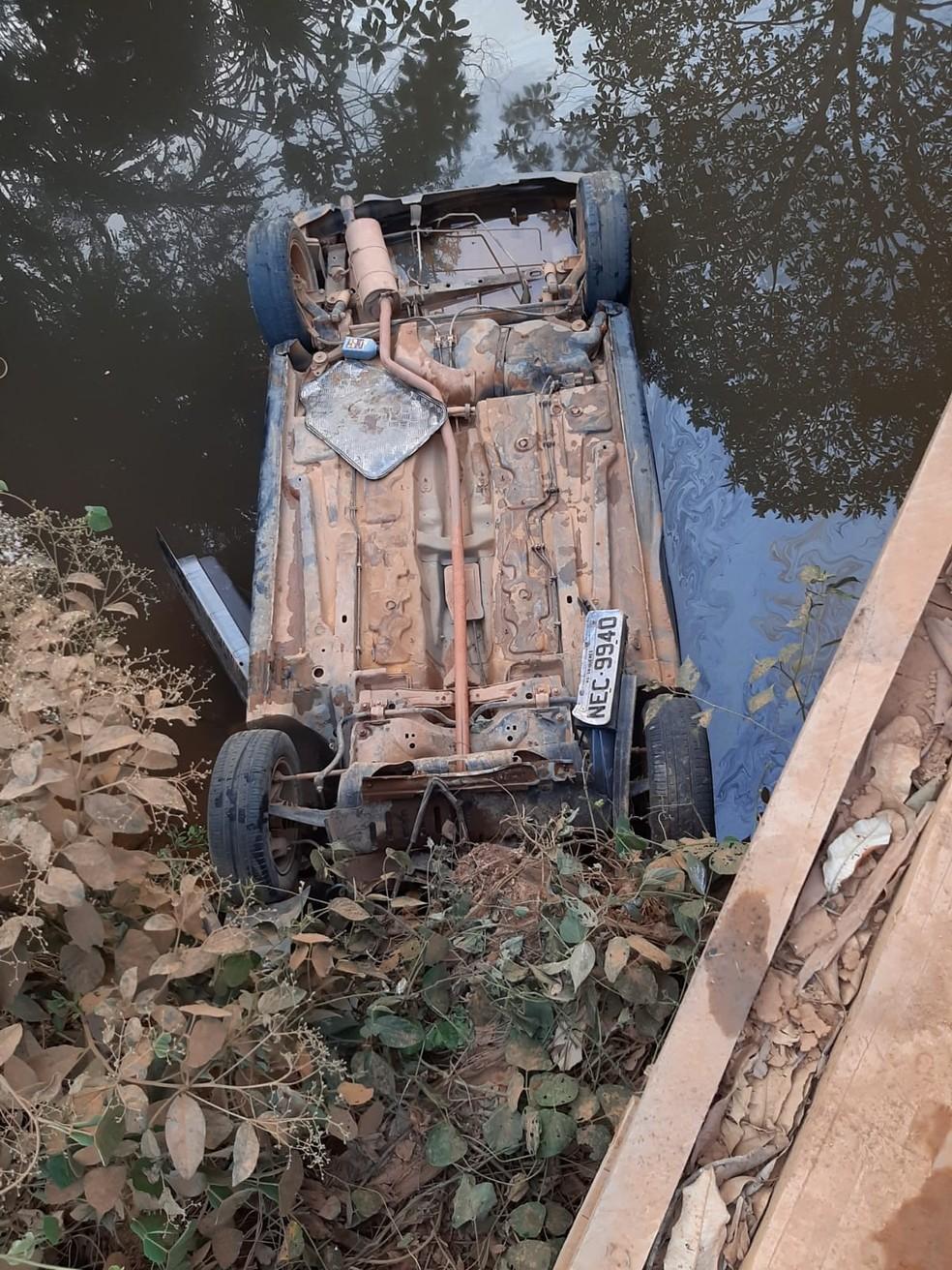 Carro das vítimas foi achado dentro de igarapé, com as rodas viradas para cima — Foto: Polícia Civil/Divulgação