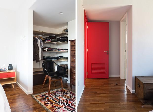 Minicloset com prateleiras e espaço para pendurar cabides. Detalhe da entrada do quarto, com porta vermelha bem vibrante (Foto: Marcelo Donadussi/Fotografia de Arquitetura)