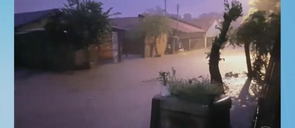 Casas também foram alagadas — Foto: TVCA/ Reprodução