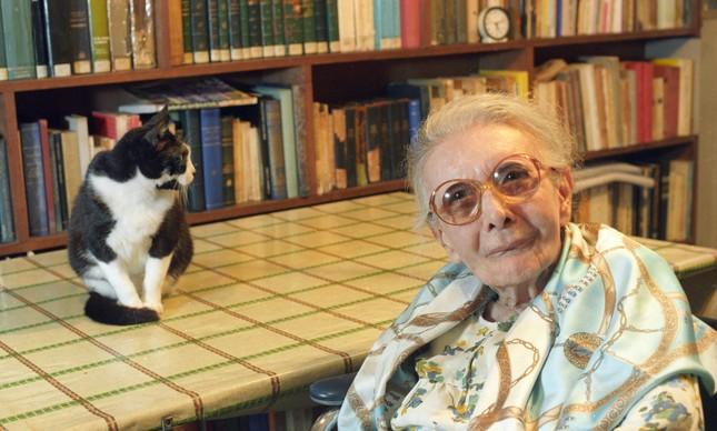 A psicanalista Nise da Silveira em casa, ao lado de um de seus gatos