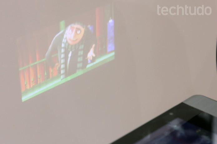 Em locais sob pouca iluminação, projeção do tablet da Dazz é de boa qualidade (Foto: Isadora Díaz/TechTudo)