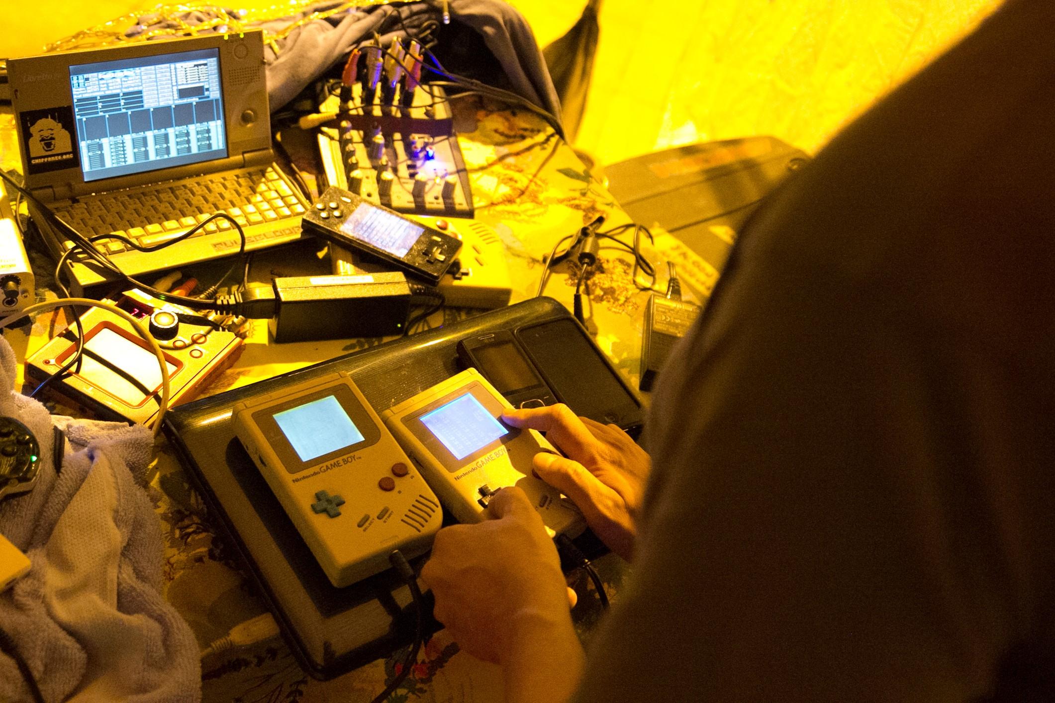 O coletivo Chippanze fará uma apresentação de música eletrônica usando videogames antigos e computadores obsoletos (Foto: Divulgação)