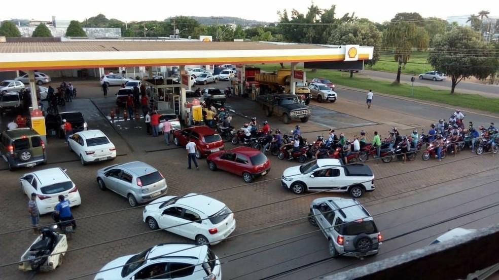 Em Ariquemes (RO), nos poucos postos que ainda atendem, o combustível está sendo racionado com limite de litros por veículo (Foto: Reprodução/WhatsApp)
