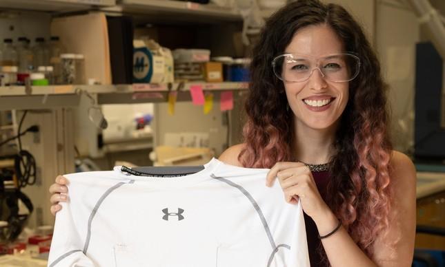 Estudante da Universidade Rice, Lauren Taylor, mostra uma camisa que monitora o coração